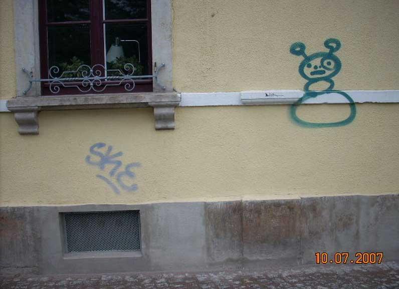 Fassade eines Familienhauses mit Graffiti