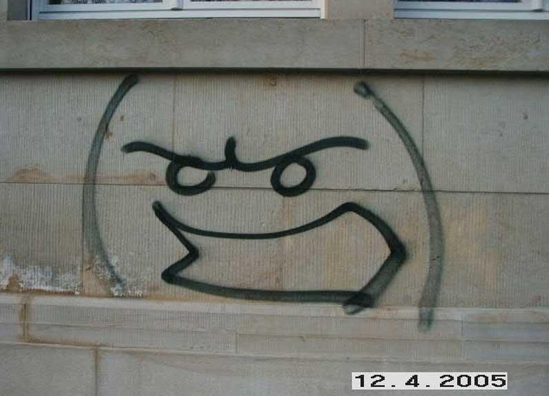 Fassade in der Stadt mit Smiley als Graffiti