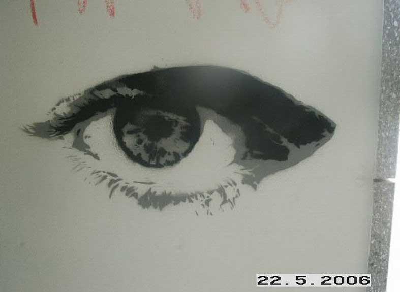 Gepraytes Graffiti als Auge an einer Wand