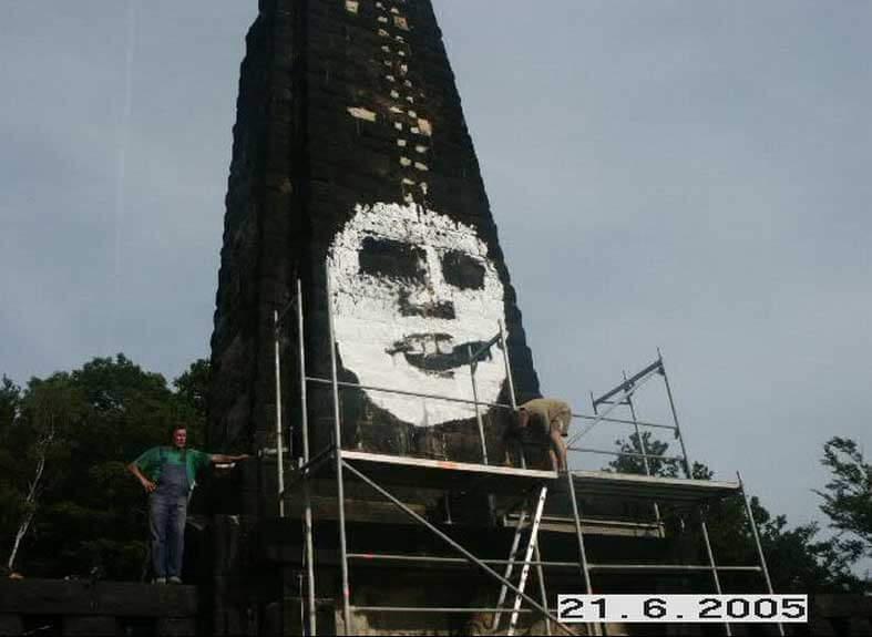 Großes Graffiti an einem Denkmal mit Arbeitern von Graffiti ex