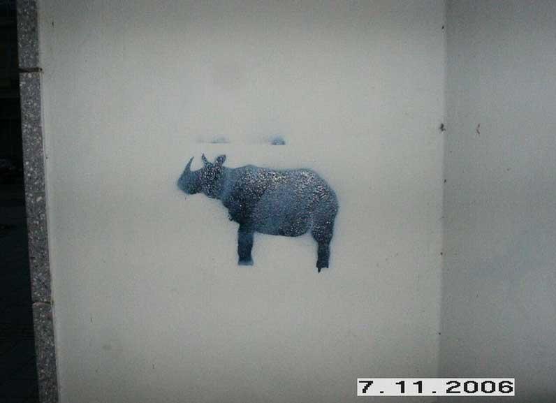 Nashorn Graffiti in einem Hausflur