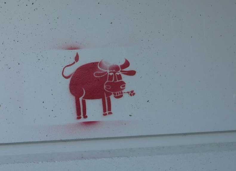 Aufgespraytes Graffiti mit einer Schablone auf einer Hauswand